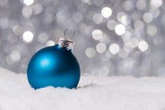 Weihnachtsdekoration auf Schnee Stockfoto