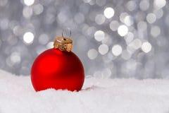 Weihnachtsdekoration auf Schnee Stockfotografie