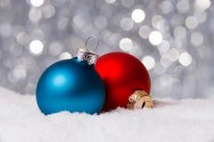Weihnachtsdekoration auf Schnee Lizenzfreies Stockbild