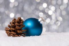 Weihnachtsdekoration auf Schnee Lizenzfreies Stockfoto