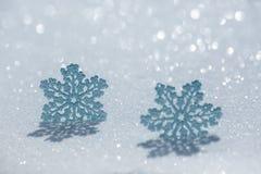 Weihnachtsdekoration auf Schnee stockbild