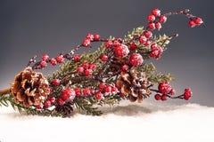 Weihnachtsdekoration auf Schnee Stockfotos