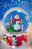 Weihnachtsdekoration auf Schnee unter blauem Hintergrund stockfotos