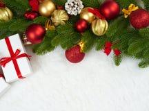 Weihnachtsdekoration auf Tannenbaumastnahaufnahme, Geschenken, Weihnachtsball, Kegel und anderem Gegenstand auf weißem Leerstelle Lizenzfreie Stockfotos