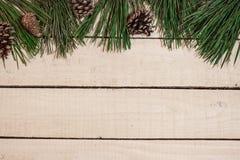 Weihnachtsdekoration auf weißem hölzernem Brett Stockfotografie