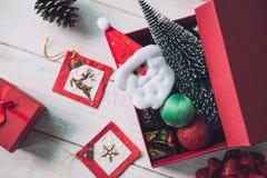 Weihnachtsdekoration auf weißem hölzernem Hintergrund stockbilder