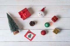 Weihnachtsdekoration auf weißem hölzernem Hintergrund stockbild