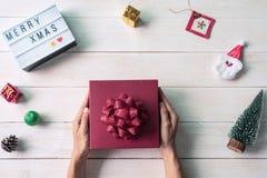 Weihnachtsdekoration auf weißem hölzernem Hintergrund stockfotos