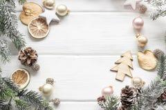 Weihnachtsdekoration des Tannenbaums und des Nadelbaumkegels auf hölzernem backgr Stockbilder