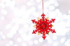 Weihnachtsdekoration, die über funkelndem Hintergrund, funkelndes Weihnachten hängt stockbild