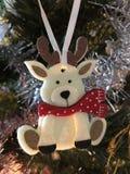 Weihnachtsdekoration, die am Baum hängt lizenzfreie stockbilder