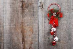 Weihnachtsdekoration, die am Holz hängt Lizenzfreie Stockfotografie