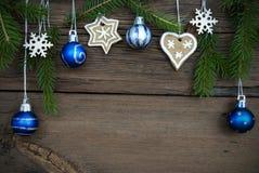 Weihnachtsdekoration, die am Holz mit Kopien-Raum hängt Lizenzfreies Stockfoto