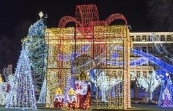 Weihnachtsdekoration - ein großes Geschenk von Lichtern lizenzfreie stockbilder