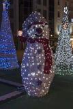Weihnachtsdekoration - ein Schneemann gemacht von den Weihnachtslichtern lizenzfreie stockfotos