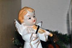Weihnachtsdekoration einer Engelspuppe mit den Flügeln, die eine Violine spielen stockfotografie