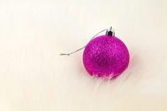 Weihnachtsdekoration - einzelner Flitter oben auf Pelz lizenzfreie stockfotos