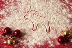 Weihnachtsdekoration - Elch und rote Dekorationen Lizenzfreie Stockfotografie