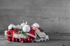 Weihnachtsdekoration: erste Einführung mit einer brennenden Kerze Stockbild