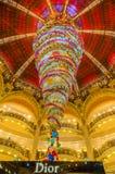 Weihnachtsdekoration in Galeries Lafayette, Paris lizenzfreies stockbild