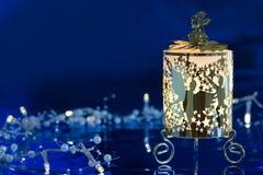 Weihnachtsdekoration gegen blauen Hintergrund Stockfoto