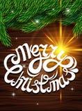Weihnachtsdekoration gegen die dunklen hölzernen Planken Weihnachtsbaumast, Buchstabegruß, helle Effekte und Reflexionen von lig Lizenzfreies Stockbild