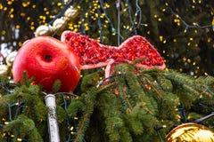 Weihnachtsdekoration gemacht vom Papiermache in Form eines Apfels auf einem Weihnachtsbaum auf der Straße von Prag lizenzfreies stockbild