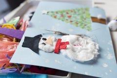 Weihnachtsdekoration gemacht von einem Mädchen mit 10-Jährigen Stockfotos