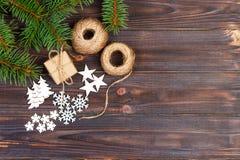 Weihnachtsdekoration, Geschenkbox im Kraftpapier mit Schnurseil, Konzepthintergrund, Draufsicht über hölzerne Tischplatte Weihnac Stockfotografie