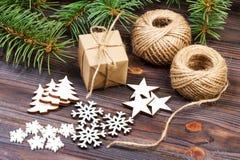Weihnachtsdekoration, Geschenkbox im Kraftpapier mit Schnurseil, Konzepthintergrund, Draufsicht über hölzerne Tischplatte Weihnac Stockfotos