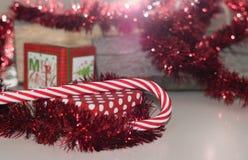 Weihnachtsdekoration, Geschenkbox, rote Farbe und Halo Stockbild