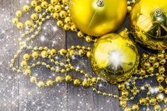 Weihnachtsdekoration, -gold und -rustikales Stockfoto