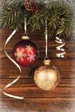 Weihnachtsdekoration hängt oben an einem Baum stockfotos