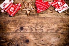 Weihnachtsdekoration, hölzerner Hintergrund Stockfotos