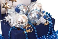 Weihnachtsdekoration im blauen Kasten Lizenzfreie Stockfotografie