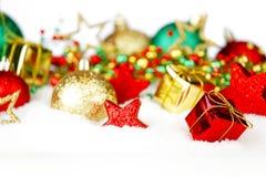 Weihnachtsdekoration im Schnee Lizenzfreie Stockbilder