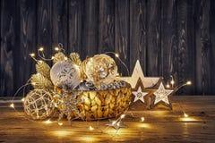 Weihnachtsdekoration im Weidenkorb Stockfotografie