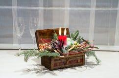 Weihnachtsdekoration: Kasten mit Kerzen, Weihnachtsbaum und Weingläsern Lizenzfreie Stockbilder