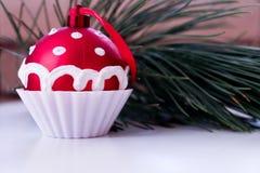 Weihnachtsdekoration, kleiner Kuchen, der am Tannenbaum über grünem Hintergrund, selektiver Fokus hängt Baum des Dekorations-neue Stockfotografie