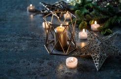 Weihnachtsdekoration leuchtet Kieferniederlassungen durch Lizenzfreie Stockfotos