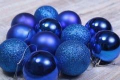 Weihnachtsdekoration lokalisiertes Weiß Rote und goldene Geschenkboxen mit drei Ball, Blumenverzierung Beschneidungspfad eingesch Lizenzfreie Stockbilder
