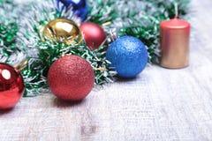 Weihnachtsdekoration lokalisiertes Weiß Rote und goldene Geschenkboxen mit drei Ball, Blumenverzierung Beschneidungspfad eingesch Stockfotografie
