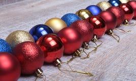 Weihnachtsdekoration lokalisiertes Weiß Rote und goldene Geschenkboxen mit drei Ball, Blumenverzierung Beschneidungspfad eingesch Lizenzfreies Stockfoto