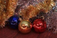 Weihnachtsdekoration lokalisiertes Weiß Rote und goldene Geschenkboxen mit drei Ball, Blumenverzierung Beschneidungspfad eingesch Stockfotos