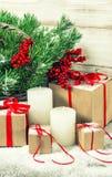 Weihnachtsdekoration mit andles und Geschenkbox Abbildung der roten Lilie Stockbild