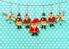 Weihnachtsdekoration mit antiken handgemachten hölzernen Spielwaren Stockbild