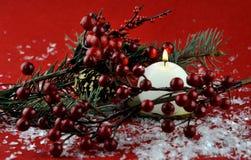 Weihnachtsdekoration mit aromatischen Kerzen lizenzfreie stockfotografie