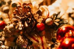 Weihnachtsdekoration mit Bällen und Kiefernkegeln stockbilder