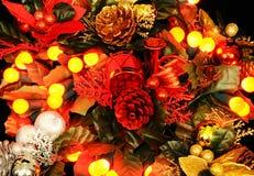 Weihnachtsdekoration mit Beerenlichtern Stockbild
