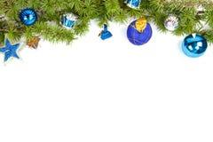 Weihnachtsdekoration mit blauen Ornamentals und grünem Tannenbaum Stockfoto